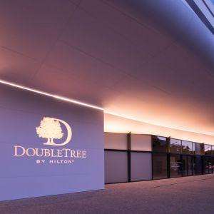 Mieszczą się tu luksusowe apartamenty i penthouse'y, wysokiej klasy lokale biurowe, pięciogwiazdkowy hotel DoubleTree by Hilton, centrum fitness klasy premium z basenem i spa, kasyno, sala balowa, centrum konferencyjne, a także liczne kawiarnie i restauracje, serwujące dania kuchni z całego świata. Fot. materiały prasowe OVO Wrocław
