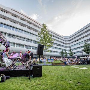 Zielony, wewnętrzny dziedziniec o powierzchni ponad 2,5 tys. m kw. ma charakter ogólnodostępnej przestrzeni publicznej. Fot. materiały prasowe OVO Wrocław