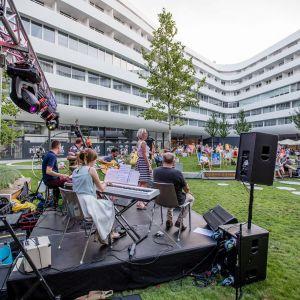 Na dziedzińcu odbywają się koncerty, wydarzenia o charakterze kulinarnym, a latem działa… miejska plaża. Fot. materiały prasowe OVO Wrocław