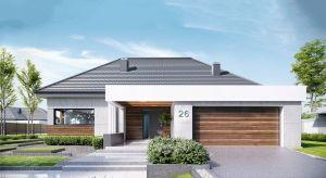 Surowy beton, ponadczasowe drewno, a może tynk cienkowarstwowy połączony z naturalnym kamieniem? Ciekawie zaprojektowana elewacja domu nadaje bryle budynku nowoczesny wygląd, a przy tym poprawia jej proporcje, sprawiając, że fasada prezentuje się e