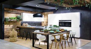 Kuchnia Cedra to wyjątkowe połączenie naturalnego starego drewna z czystą bielą satynowych frontów, szarością kwarcowego blatu i strukturalnymi frontami dolnej zabudowy wykonanej ze spieku kwarcowego. Idealna propozycja dla poszukiwaczy stylu i or