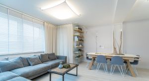 Wystrój dwupoziomowego apartamentu wyraźnie nawiązuje do jego lokalizacji. Położone w sąsiedztwie portu mieszkanie to bezpieczna przystań, w której można odnaleźć spokój i domowe ciepło.