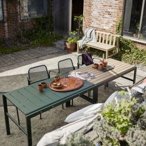 Stół ogrodowy MIRA w modnym ciemnozielonym kolorze można skompletować z krzesłami z tej samej kolekcji. 3.146 zł, Skagerak
