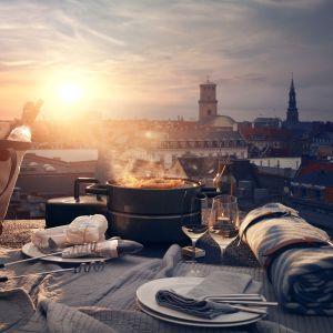 Przenośny grill węglowy Eva Solo To Go Groill  z powodzeniem zmieści się na stole. Wygodna rączka umożliwiająca bezpieczne przenoszenie.Fot. Eva Solo