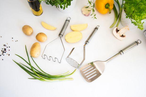 Łyżki, nabierki, łopatki do mięsa czy ubijaki tworzą zestaw przyborów niezbędnych w każdej kuchni. Bez nich nie powstaną dania obiadowe, kolacje na ciepło, i jeśli lubimy rano zjeść na przykład omleta bądź jajecznicę także śniadania.