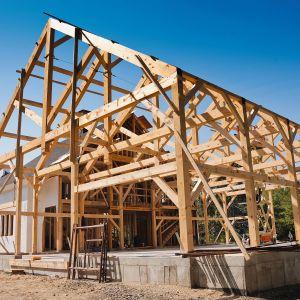 Domy szkieletowe to zarówno domy prefabrykowane, jak również konstrukcje wybudowane w oparciu o amerykańską szkołę budowania. Na zdjęciu przykład typowej drewnianej konstrukcji amerykańskiej. Fot. Shutterstock