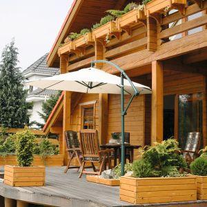 Impregnaty, które pełnią funkcję dekoracyjno-ochronną najlepiej sprawdzają się na powierzchniach takich jak: elewacje, meble ogrodowe, ogrodzenia. Fot. LuxDecor/Unicell Poland