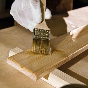 Przeznaczone do lakierowania lub malowania drewno powinno być suche, gładkie i oczyszczone. Ponadto, przy malowaniu drewna niezbędne jest najpierw stworzenie warstwy podkładowej, a następnie warstwy wierzchniej. Fot. Vidaron/FFiL Śnieżka