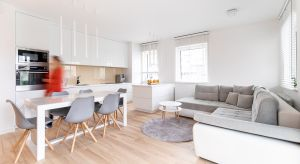 Kluczem aranżacji mieszkania w Kołobrzegu okazało się takie zaplanowanie strefy dziennej, byzmieściła się tu otwarta kuchnia, jadalnia oraz część wypoczynkowa z kanapą i telewizorem. Priorytetem była funkcjonalność.