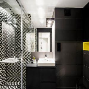 W łazience dominuje czerń z nutą bieli. Projekt: 3XEL Architekci. Fot. Paweł Augustyniak