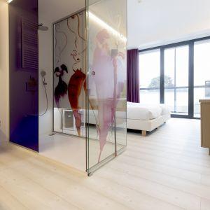 Odpowiednio dobrane podłogi w pokojach hotelowych ułatwiają odpoczynek oraz dobry sen. Na zdjęciu realizacja z zastosowanymi podłogami winylowymi Pergo w Corbie Hotel Lommel. Pokoje hotelowe: Sosna biała kolekcja Modern Plank. Fot. Pergo