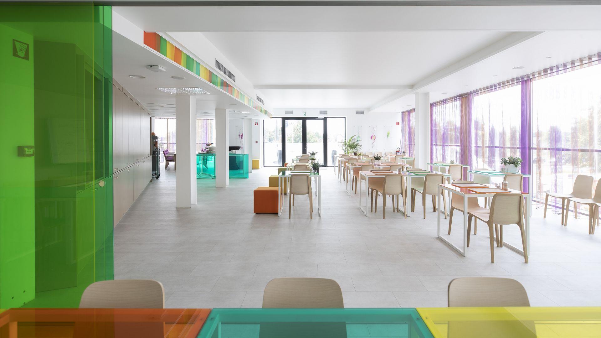 Hotelowe lobby czy restauracje to  bardzo wymagające środowisko, dlatego podłogi powinne przede wszystkim cechować się odpornością na ścieranie i uderzenia, dźwiękochłonnością i łatwości konserwacji i czyszczenia. Na zdjęciu realizacja z zastosowanymi podłogami Pergo w Corbie Hotel Lommel. W restauracji zastosowano płytki w kolorze betonu kolekcja Tiles. Fot. Pergo