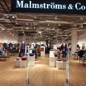 Podłogi Pergo do zastosowań komercyjnych świetnie sprawdzają się również w sklepach. Na zdjęciu realizacja z użyciem podłóg laminowanych Classic Plank Pergo - sklep odzieżowy MALMSTRÖMS & CO. Fot. Pergo