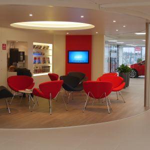Prestiż, nowoczesność, elegancja - podłogi Pergo zastosowane w salonie Toyota w Malmoe. Wzór podłogi zaprojektowany specjalnie dla Toyoty. Fot. Pergo