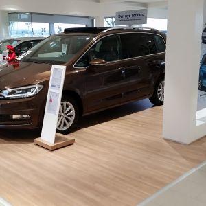 Laminowane podłogi Pergo zastosowane w ekskluzywnym salonie VW. Wzór podłogi został zamówiony przez firmę VW i zainstalowany w większości salonów samochodowych. Fot. Pergo