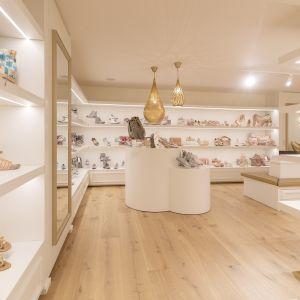 Sklep Mio Caro w Belgii - zaproponowane na podłogi rozwiązanie (podłogi drewniane) marki Pergo stwarza atmosferę luksusu, elegancji i dobrego stylu. Fot. Pergo