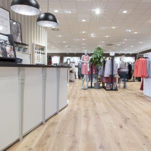 Podłoga to najbardziej obciążony element każdego obiektu handlu detalicznego. Musi on zapewnić odpowiedni efekt estetyczny w nowych i remontowanych sklepach, jak również radzić sobie z codziennymi wyzwaniami i wzmożonym ruchem w okresie wyprzedaży. Na zdjęciu: sklepy E5 Mode Drewno – sieć sklepów odzieżowych, na podłodze ułożona podłoga drewniana Pergo. Fot. Pergo
