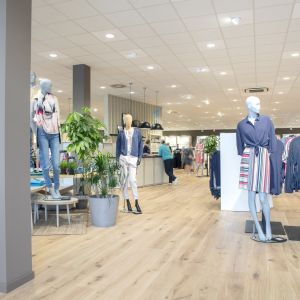 Idealna podłoga w sklepie powinna harmonizować z wizerunkiem marki, a jednocześnie ułatwiać klientom poruszanie się po sklepie oraz zachęcać ich do zakupów. Na zdjęciu: sklepy E5 Mode Drewno – sieć sklepów odzieżowych, na podłodze ułożona podłoga drewniana Pergo. Fot. Pergo