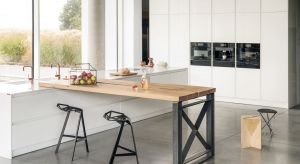 Białe lakierowane fronty w kuchni to bezpieczny wybór i gwarancja ponadczasowości designu. Warto wzbogacić tę neutralną kompozycję o elementy, które jąurozmaicą i nadadzą całości charakteru.