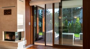 Drewniane okna wyróżniają się wyjątkową estetyką. Stanowią niezwykle atrakcyjny element wystroju, który nadaje wnętrzom indywidualny charakter. Jednocześnie cechują się bardzo dobrymi parametrami użytkowymi. Są ciepłe, wytrzymałe i trwał