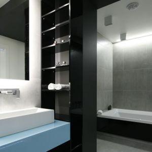 Oświetlenie LED w łazience. Projekt: Maria Biegańska, Ewelina Pik. Fot. Bartosz Jarosz