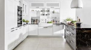 Każda kuchenna przestrzeń, bez względu na wielkość, może zostać tak zaadaptowana, że będziemy uwielbiali w niej przebywać. Nie tylko my. Pamiętajmy, że najlepsze domowe przyjęcia zawsze kończą się w kuchni, a trend na wspólne gotowanie wc