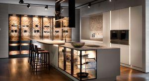 Nadchodzinowa generacja mebli kuchennych, w których estetyka, lekkość i subtelność formy oprawionej światłem, idzie w parze z wygodą i funkcjonalnością.