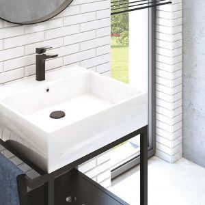 Umywalka z konsolą Temisto wyposażona w zintegrowany wieszak na ręcznik oraz półkę stalową z otworami. Fot. Deante