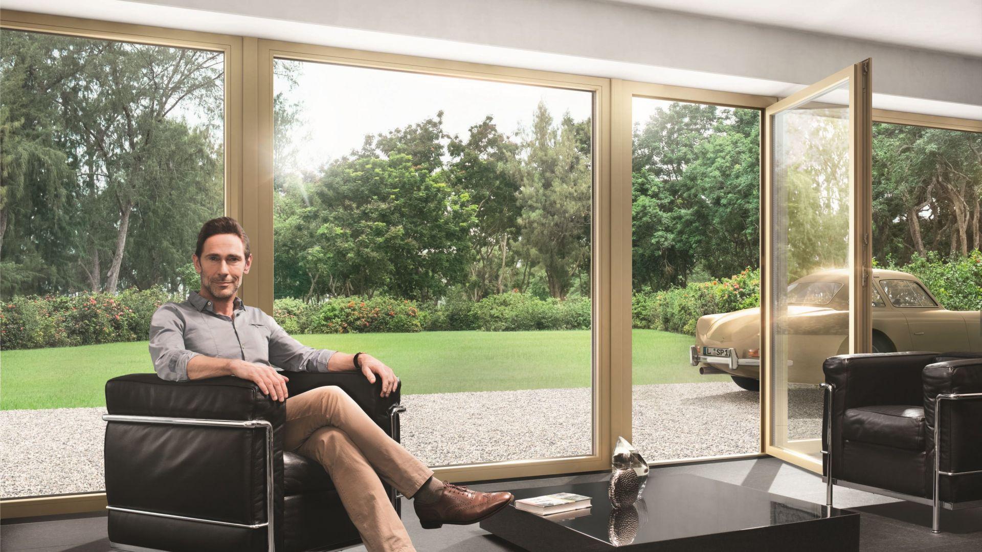 Nowoczesne okna z PCV wyróżniają się m.in. większymi formatami i wyrazistymi kolorami ram. Fot. Schüco