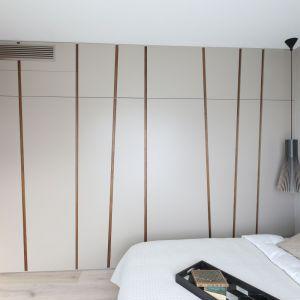Garderoba w sypialni. Projekt: Magdalena Lehmann. Fot. Bartosz Jarosz