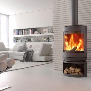 Szeroka, panoramiczna szyba kominka Emotion oraz możliwość obrotu ekranu sprawiają, że widokiem palącego się ognia można cieszyć się niemal z każdego miejsca domu. Pod obrotowym ekranem piec ma praktyczne miejsce do przechowywania drewna.Fot. Skantherm