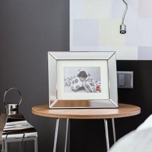 Glamour - srebrny blask czaruje luksusem, a lśnienie błyszczących dodatków przełamuje matowa, popielata nuta. Stylizacja: Home&You. Fot. Przemysław Długokiński