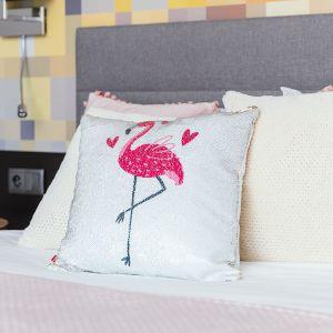 Pink Flamingo - pełen wakacyjnego optymizmu pokój, zachęca, by oddać się bez reszty cukierkowej słodyczy leniuchowania… w towarzystwie najbardziej uroczego ptaszyska świata! Stylizacja: Home&You. Fot. Przemysław Długokiński