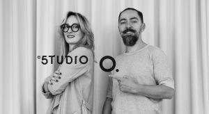 Aga Kobus i Grzegorz Goworek prowadzą wspólnie w Warszawie pracownię Studio.O. organic design. Tworzą wnętrza, budynki jednorodzinne, a także krajobraz.