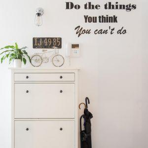 Istotne było m.in. przechowywanie, dlatego przy drzwiach wejściowych mamy dużą szafę, a w kuchni szafki aż do sufitu. Projekt: The Space. Fot. Piotr Czaja