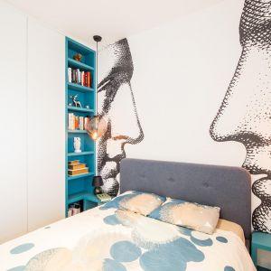 W sypialni również dominuje zabudowa, ale z kolorowymi półkami na książki. Projekt: The Space. Fot. Piotr Czaja