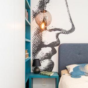 Na ścianie za łóżkiem jest tapeta, która została również zaprojektowana przez The Space. Projekt: The Space. Fot. Piotr Czaja