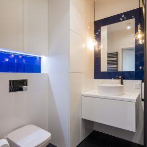 Granatowe płytki w łazience nadają jej wyjątkowego charakteru. Projekt: The Space. Fot. Piotr Czaja