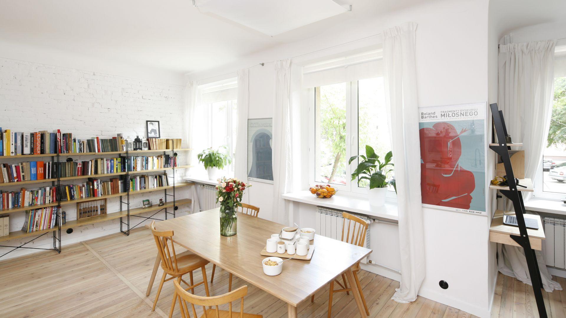 Parapety powinny pasować nie tylko do ramy okiennej, ale też nie kontrastować z ogólną kolorystyką pomieszczenia. Projekt wnętrza: Ewelina Pik. Fot. Bartosz Jarosz