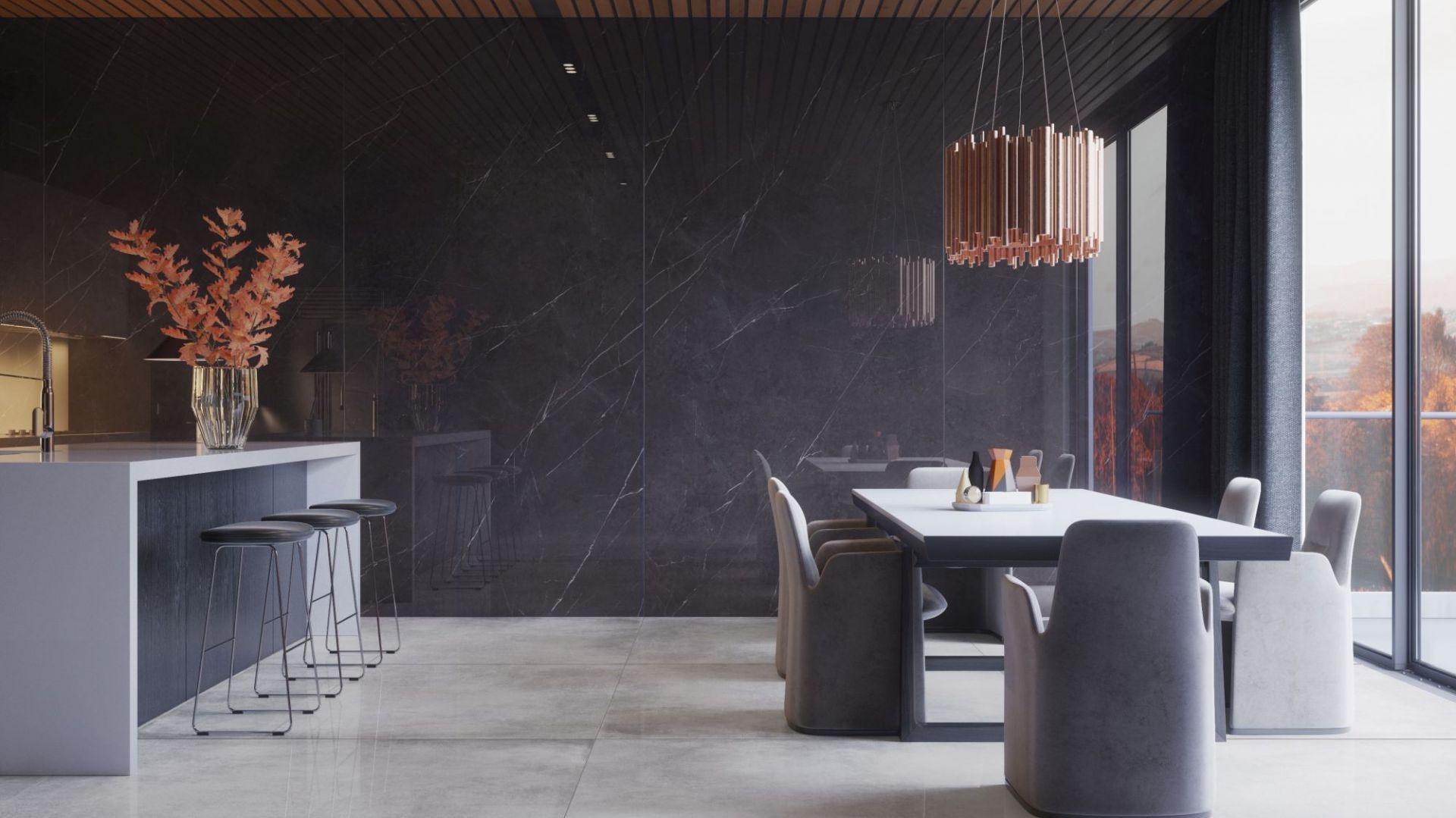 Kolekcja płyt gresowych Marquina, polerowanych w formacie 162x324cm. Niezwykła, nieco chłodna struktura materiału w połączeniu z głęboką czernią, stworzą zgrany duet z ciepłym, naturalnych drewnem. Fot. Cerrad