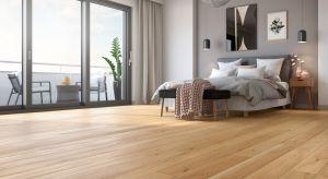 Wysokiej jakości podłoga z naturalnego dębu, lekko ciemniejącego pod wpływem promieni słonecznych nadaje wnętrzu szlachetności i ciepła.