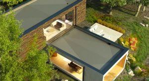 Płaskie dachy nie muszą kojarzyć się już wyłącznie z nudnymi, szarymi blokowiskami z wielkiej płyty. Teraz są one wyrazem najwyższej estetyki architektonicznej i odzwierciedleniem niezwykłej wrażliwości inwestora na to, co proste i nieskompli