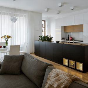 Projektując wnętrza apartamentu poświęcono sporo uwagi część wypoczynkowej i jadalni, dbając o to, by wszelkie detale, począwszy od mebli a skończywszy na oświetleniu i dekoracjach, były odpowiednio dobrane i nie przytłaczały zanadto przestrzeni. Fot. Inter Arch
