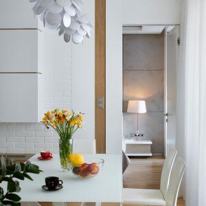 Sercem jadalni jest nowoczesny biały stół Cattelan Skorpio na geometrycznej podstawie, tworzącej niezwykłe wzory, w zależności od kąta patrzenia. Przy nim rodzina spotyka się przy posiłkach, a pani domu tworzy nowe pomysły na swoje obrazy. Fot. Inter Arch