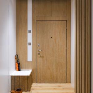 Hol to połączenie bieli i ciepłego drewna. Fot. Inter Arch