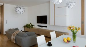 Projektując wnętrza apartamentu poświęcono sporo uwagi część wypoczynkowej i jadalni, dbając o to, by wszelkie detale, począwszy od mebli a skończywszy na oświetleniu i dekoracjach, były odpowiednio dobrane i nie przytłaczały zanadto przestr