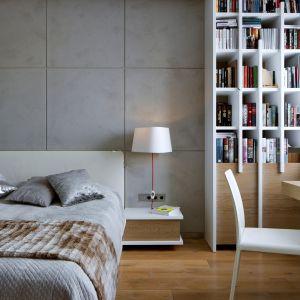 W sypialni króluje twórczy minimalizm. Biała biblioteczka z drewnianymi elementami jest ponadczasową i nowoczesną propozycją, idealnie skrojoną pod właścicieli, którzy cenią sobie elegancję oraz ciepło we wnętrzu. Fot. Inter Arch