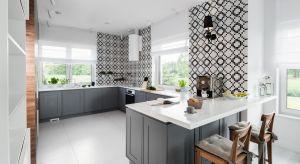 Szara kuchnia jest niezwykle elegancka i łatwa w utrzymaniu w czystości. Zarówno dobrze się prezentuje i wygląda znakomicie na ścianach i meblach.