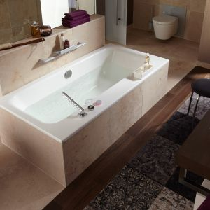 Wyeliminowanie tradycyjnej baterii mieszającej pozwala uzyskać więcej przestrzeni i w atrakcyjny sposób zaaranżować łazienkę. Fot. Viega