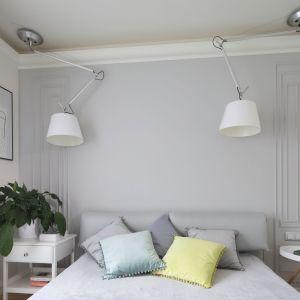Jasna sypialnia zachęca do wypoczynku. Projekt: Laura Sulzik. Fot. Bartosz Jarosz